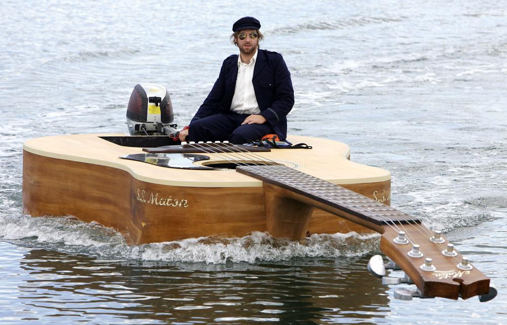 на лодке под гитару